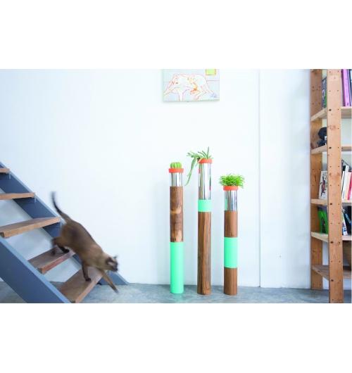 TOTEM EN BOIS DE TECK - Pièces uniques et numérotées, découvrez nos TOTEM en pure bois de teck de Thaïlande sur une démarche éco-responsable puisque réalisés sur les bases d'anciennes demeures. De 3 tailles différentes (80cm - 90cm - 1m), aux couleurs pétillantes, nos TOTEMS sont une association de bois, d'acier et d'un pot en terre de gré dans lequel se nichera un végétal (cactus ou plante) pour un effet unique dans un intérieur.