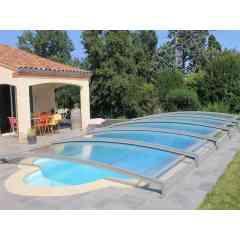 Abri de piscine télescopique Néo 18 - L'abri de piscine bas télescopique Néo 18 s'intègre parfaitement à l'environnement et il est très discret