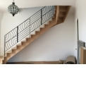 Escaliers - <p>Escalier à double limon en chêne, agrémenté d'une rampe en acier avec des formes geométriques.</p>
