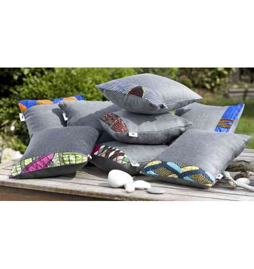 Coussins PLEIN AIR - Le Green Griot - - Coussin nomade Intérieur/ Extérieur pour le salon, le jardin, les voyages et longs trajets en voiture : le compagnon de siestes des petits et des grands ! le +++ se glisse dans les poches des nappes de Pique-Nique Le Green Griot !  Taille 30*30 cm  Textile recyclé issu de rebuts dede production de l'industrie  : 95% acrylique et 5% coton. (Fabrication Hauts de France) Coussin de garnissage fourni : 100% Polyester siliconé (Fabrication Hauts de France)  > Nos produits sont :  * Déperlants * Imputrescibles * Garantie 5 ans*  Engagement pour une économie circulaire et Zéro Déchet Textile !