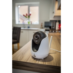 Caméras IP - <p>Surveillez votre domicile en temps r&eacute;el ! Les cam&eacute;ras IP Yale vous permettent de visualiser votre habitation &agrave; tout moment et de recevoir des notifications push lorsqu'un mouvement ou un son est d&eacute;tect&eacute; pour vous alerter de toute activit&eacute; suspecte.</p> <p>Les cam&eacute;ras IP Yale vous permettent de visualiser l'int&eacute;rieur de votre maison &agrave; distance depuis votre smartphone ou tablette en qualit&eacute; HD 720p.&nbsp;</p>