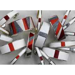Bracelet jonc métal et cuir marqueterie - Les bracelets joncs et manchettes « Arya France » sont ouverts sur l'arrière, s'adaptant ainsi à la plupart les morphologies.  Cela permet également d'enfiler le bracelet aisément et de l'ajuster au poignet en l'ouvrant, ou le refermant légèrement.  Le design sobre allié à un cuir unique, font de nos bracelets, des accessoires de mode raffinés qui se portent à toutes occasions.
