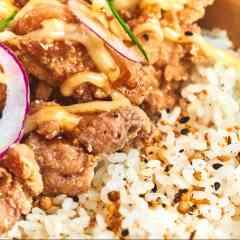 KARAAGE - Base de riz japonais, cuisses de poulet croustillantes, sauce soja et mayonnaise maison, oignons rouge, coriandre