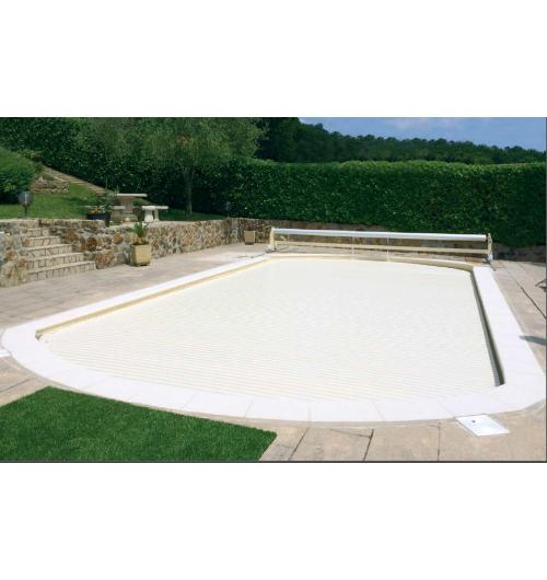 Volet de piscine Slide & Roll - <p>Gr&acirc;ce &agrave; sa structure mobile sur rails, le volet Slide &amp; Roll d&rsquo;Azenco b&eacute;n&eacute;ficie d&rsquo;une grande particularit&eacute; : il est adaptable quel que soit la forme de la piscine et peut &ecirc;tre &eacute;loign&eacute; du bassin gr&acirc;ce &agrave; deux rails fix&eacute;s au sol, pour en lib&eacute;rer le passage et profiter de l&rsquo;int&eacute;gralit&eacute; de la piscine et de la plage. En plus de la s&eacute;curisation du bassin, il garde la chaleur de l&rsquo;eau et limite l&rsquo;&eacute;vaporation.</p>