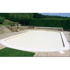 Volet de piscine Slide & Roll - <p>Grâce à sa structure mobile sur rails, le volet Slide & Roll d'Azenco bénéficie d'une grande particularité : il est adaptable quel que soit la forme de la piscine et peut être éloigné du bassin grâce à deux rails fixés au sol, pour en libérer le passage et profiter de l'intégralité de la piscine et de la plage. En plus de la sécurisation du bassin, il garde la chaleur de l'eau et limite l'évaporation.</p>