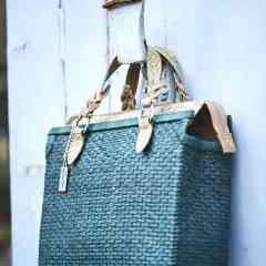 Mapaï - des sacs à main végans, eco-friendly et solidaires.  - <p>Mapaï est une jeune marque de sacs à main et pochettes en paille créée dans le golfe de Saint-Tropez. La paille est tressée entièrement à la main aux Philippines, par des femmes en difficulté financière, dans le respect et le soutien aux communautés locales. Les finitions et l'intérieur sont réalisés en Italie et en France (en fonction des modèles) afin de garantir une excellente qualité. Enfin, le liège s'associe à la paille, en remplacement du cuir, pour vous proposer des produits vegans et écologiques.</p>
