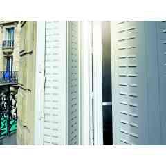 Persiennes Aluminium - Faciles à manipuler et pleines de charme, nos persiennes aluminium remplacent avantageusement vos anciennes persiennes sans perte de passage de lumière. Adaptées pour de grande ouverture aussi bien en hauteur qu'en largeur. Laquage longue durée et large choix de coloris.