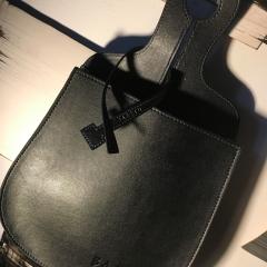 Bagoto® Vegan Black Edition - <p><strong>Le nouveau Bagoto® Vegan est la déclinaison haut de gamme de Bagoto®. </strong>Ce véritable concept de vide-poches répond à un triple objectif : respect de la condition animale, protection de l'environnement (son traitement ne met en œuvre aucune matière nocive) et rangement facile.<br />Fabriqué dans une matière recyclable qui imite parfaitement le cuir, cette pochette de rangement haut de gamme est à la fois décorative, légère et résistante. Placée côté conducteur, elle est capable d'accueillir les mille et un objets de sa vie à bord – clés, téléphone, lunettes, notes de frais… – et en facilite l'accès dans le prolongement de la main. Présenté dans une housse en feutrine personnalisée, Le <strong>Bagoto® Vegan </strong>est un produit haut de gamme, disponible en couleur havane et désormais en noir dans sa version <strong>Bagoto®</strong><strong>Vegan Black Edition</strong>.</p>