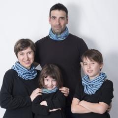 Ti-snood - Donnez du style à vos tenues avec ce snood en maille coton original, modulable et transformable ! Il devient tour à tour écharpe, bandeau, bonnet ou cache-cou. Utilisable en toutes saisons, le Ti-snood en maille se porte agréablement pendant le sport, les balades et les vacances. Mixte, il convient à tous les membres de la famille du plus petit au plus grand. Le snood coton existe en mode uni ou rayé. Dans le premier cas, il est réalisé dans un coton 100% bio. Le Ti-snood rayé est conçu à partir de maille 100 % coton. Les deux modèles sont teints au bleu de pastel. Dimension tube snood coton : environ 60 x 47 cm.