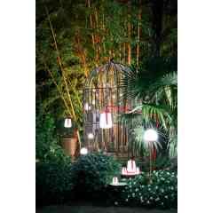 Lampes BALAD et MOOON - FERMOB - La lampes BALAD a été déclinée en version mini (hauteur 12 cm), petite (hauteur 25 cm) et grande (38 cm). La gamme BALAD est disponible en 6 coloris, c'est la lampe outdoor de référence! Elle peut aussi être adaptée sur un pied déporté, droit ou même à planter dans le sol! La lampe MOOON hauteur 40 cm connait déjà un très joli succès! Et en avant première, DOMINO HABITAT vous présente la nouvelle MOOON hauteur 134 cm connectable et programmable à distance! Disponible en 6 coloris