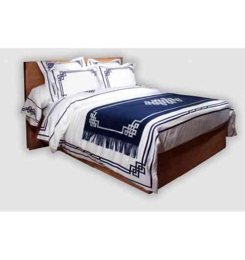 Parure de lit Blue Night N°19 - <p>Badam TS a compos&eacute; cette nouvelle parure de lit brod&eacute;e de ruban satin&eacute; bleu, en la voulant particuli&egrave;rement &eacute;l&eacute;gante, pr&eacute;cieuse dans ces entrelacements multiples. Ce linge de lit est&nbsp;<strong>enti&egrave;rement r&eacute;alis&eacute; en France dans la Boutique Atelier de Badam TS &agrave; Paris</strong>, il n&eacute;cessite la pose manuelle de plus de 100 m&egrave;tres de ruban, suivie de sa couture parfaite. Le satin (150 fils/cm2) est un satin soyeux, luxueux, fabriqu&eacute; en Italie<br />Selon votre choix, taies d'oreiller, traversin, housse de couette, drap plat et drap housse composeront votre parure de lit. La housse de couette est brod&eacute;e de ruban sur tout son pourtour, les motifs sont situ&eacute;s sur le c&ocirc;t&eacute; face &agrave; 60cm environ du bord sup&eacute;rieur ainsi qu&rsquo;&agrave; chaque coin au bas de la housse de couette, l&rsquo;ensemble &eacute;tant reli&eacute; par 3 rubans parall&egrave;les. Le drap plat est brod&eacute; de rubans sur sa partie rabattue (qui est elle-m&ecirc;me doubl&eacute;e). Possibilit&eacute; de r&eacute;aliser ce mod&egrave;le sur-mesure sans surcout.</p>