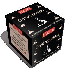Cube Chocolat, à lire, jouer et croquer ! - Ca se lit, ça se joue, et ça se croque et ça donne de joyeux moments de partage et de convivialité Quiz: qu'est-ce que c'est? vous donnez votre langue au chat? Ce sont les cubes Rouge Papille bien sur! déclinés en plus de 40 thèmes, pour tous les goûts, toutes les attentions!Un Cube (dimensions 6 x 6 x 6 cm), contient:         . 8 élégantes pochettes individuelles . 8 carrés de chocolat identiques (Noir Tanzanie 75% ou Noir Pérou 70% BIO ou Lait Papouasie 35%) . 8 feuillets différents, à déployer, lire et jouer ! Poids net 40 g