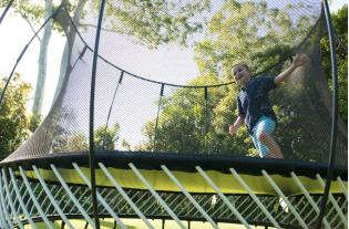 Springfree Trampoline, le trampoline le plus sûr du monde - <p>Springfree Trampoline, le trampoline le plus sûr du monde etreprésente la qualité, la résistance et le must dans leur domaine. En effet, les trampolines Springfree sont les trampolines les plus sûrs au monde puisqu'ils sont sans ressorts !</p> <p>Il s'agit de trampolines dont les trois points forts sont: sécurité, qualité, innovation. Créés il y a maintenant vingt ans par un ingénieur néo-zélandais, les trampolines Springfree sont sans ressorts, diminuant considérablement les risques d'accidents. C'est indéniablement l'aspect n°1 qui nous différencie des autres trampolines, qui convainc les parents soucieux de la sécurité de leurs enfants, d'acheter Springfree. De très haute qualité, nos trampolines sont garantis 10 ans, preuve que nous sommes sûrs de notre produit et de sa résistance sur une longue durée.</p> <p>Depuis 2017, les trampolines Springfree sont même interactifs! L'innovation Tgoma est absolument exclusive dans le monde.</p>