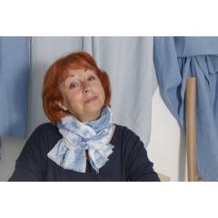 Chèche Tie and Dye bleu pastel - Commandez votre chèche Tie and Dye bleu pastel sur ahpy.fr vous assure de ne pas avoir le même accessoire vestimentaire que votre voisin ! Le procédé de teinture artisanale donne lieu à chaque fois à un modèle différent. Les nuances de bleu ne sont jamais les mêmes !  Mixte, le chèche Tie and Dye bleu pastel AHPY peut être porté par toute la famille. En toutes saisons, il reste un accessoire de mode utile et décoratif.  Réalisé en voile 100% coton tissé en France, votre chèche Tie and Dye mesure environ 2 mètres de long pour 75 cm de large.
