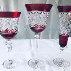 CRISTAL - <p>Verres en cristal couleur, taillés main.</p> <p>Vases, carafes, coupes, bonbonnières...</p>
