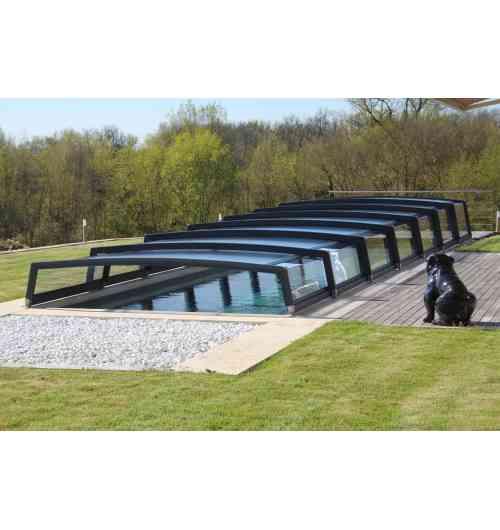 Abri de piscine télescopique Néo 50 - L'abri de piscine bas télescopique Néo se compose de panneaux gigognes de largeurs différentes qui s'emboîtent les uns dans les autres. Cet abri permet de se baigner même lorsqu'il est complètement fermé. 50 cm de hauteur latérale au premier élément.