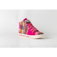 Chaussures péruviennes faites mains - Nos chaussures sont entièrement fabriquées au Pérou dans notre atelier au nord de Lima. Chaque chaussure est le fruit d'un travail artisanal méticuleux, le résultat du pur fait-main.  Nos chaussures combinent harmonieusement d'authentiques tissus d'Amérique du Sud sélectionnés avec soin et exigence. Ces textiles proviennent à la fois de villages situés au pied de l'antique cité inca Machu Picchu, de Cuzco, d'Arequipa et parfois d'autres petits villages du Pérou.  Dans la culture Inca, chaque symbole, chaque motif et chaque couleur est porteuse de signification. Ainsi nos chaussures retracent à leur manière l'histoire captivante du grand peuple Inca. Nous apportons un soin particulier dans la recherche de nos tissus. La rareté de ces textiles aux motifs ethniques créés en quantité restreinte nous permet de vous proposer des séries exclusives et limitées.  Inkao Shoes vous propose une collection de chaussures confortables, 100% ethnique et originale composée de modèles uniques et faits mains.  Inkao Shoes est une jeune marque créée en 2016 tirant son inspiration des quartiers populaires de Lima et de Cuzco.