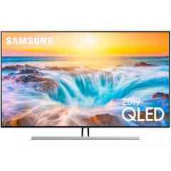 QE65Q85R QLED 2019 - Le TV QLED 4K Samsung QE65Q85R reprend les caractéristiques de la série Q80R, en prenant soin d'ajouter un boîtier déporté intégrant toute la connectique, et un traitement Local Dimming plus perfomant. Il saura sans aucun doute restituer toute l'intensité des derniers contenus Ultra HD grâce à sa superbe dalle 10 Bits HDR10+ associée au processeur Quantum 4K utilisant l'intelligence artificielle. Il impressionne par ses nombreuses technologies lui permettant d'offrir une image saisissante : que ce soit en termes de couleurs (Quantum Dots), de contraste (Q Contrast Pro, Contrast Enhancer, rétroéclairage Full LED + Local Dimming Gold), de luminosité (Quantum HDR 1500), ou d'angles de vision (Q Ultra Viewing Angle). Connecté, ce Smart TV peut vous donner accès à une infinité de fonctionnalités réseau et multimédia (Wi-Fi, Airplay 2, assistant vocal, TV sur mobile, ports USB…) ! Il est aussi très élégant, avec son boîtier One Connect déporté, son design épuré, et son mode Ambiant. Egalement disponible en 55'' et 75''.