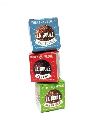 """LA BOULE - <p>""""<strong>La boule</strong>"""", c'est :</p> <ul> <li><strong>Un snack sucré entièrement naturel</strong>, à base de dattes et de noix : sans sucre ajouté, sans colorant, sans conservateur, sans gluten, vegan… Mais avec du goût !</li> <li>Un moment de plaisir décliné en<strong>3 saveurs : brownie</strong>,<strong>noix de coco</strong>et<strong>tarte aux pommes</strong>.</li> <li>Un produit entièrement<strong>Made in France</strong>, élaboré avec des ingrédients de qualité et soigneusement sélectionnés tels que des noix de Grenoble, de la vanille Bourbon, ou du sel de l'Himalaya.</li> <li>Un <strong>en-cas pratique</strong> pour tous : plus rassasiant qu'une pomme, moins culpabilisant qu'un croissant ! (Une boule fait environ 90 calories, soit à peine plus qu'une pomme -60 calories!)</li> </ul>"""