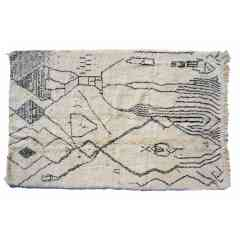 Tapis berbère béni ouarain du Maroc. - <p>Ma sélection de tapis berbères béni ouarain noir et blancs est confectionnée à la main par les femmes berbères tisseuses du Moyen-Atlas marocain.</p> <p>Plus d'un mois de travail est nécessaire pour créer une de ces pièce chargée d'histoire.</p> <p>Les femmes berbères des montagnes du Moyen Atlas tissent au grès de leurs envies et de leurs humeurs. Chaque couleur et symbole ne sont pas simplement choisis dans une démarche d'esthétisme mais dans celle de la symbolique.</p> <p>Ces pièces toutes uniques ne sont pas simplement belles, elles représentent une vie, des dizaines d'émotions.</p> <p>Acquérir un tapis berbère c'est voyager dans le temps et l'espace.</p>