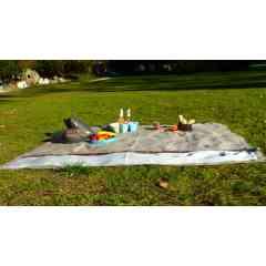 Nappe de Pique-nique 6 à 8 personnes - «L'incontournable de l'été » à offrir (ou à s'offrir !) aux familles nombreuses et «tribus» amoureux de nature et d'escapades en plein air, à la montagne comme à la mer !95% acrylique 5% autres tissus.  Tissus déperlants, imputrescibles, Garantie 5 ans*, issus du recyclage de rebuts de production.  Séries limitées - coloris panachés.