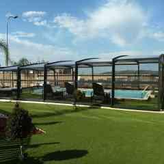Abri de piscine R-Design - <p>L'abri piscine R-Design est la solution de couverture idéale pour faire d'une piscine, un espace de baignade à part entière pour en profiter toute l'année. L'abri de piscine apporte une réelle valeur ajoutée à la maison, offrant un espace suffisamment grand pour circuler autour du bassin et l'aménager. Le vitrage latéral est en verre securit, polycarbonate ou double vitrage isolant. Le verre Sécurit est un verre anti-blessure qui garantit la tranquillité pour toute la famille.</p>