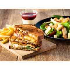 GRILLED CHEESE A LA FRANCAISE - Pain de boulanger, viande française, fromages de qualité, légumes frais, sauces maison