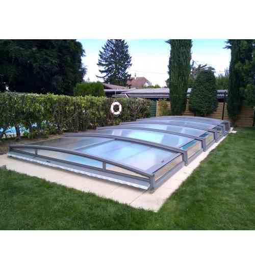 Abri de piscine télescopique Néo 30 - L'abri de piscine bas télescopique Néo 30 permet de se baigner sous l'abri et reste discret.