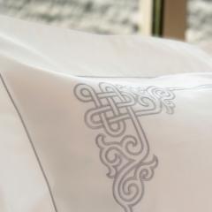 Parure de lit Naadam / Silver - <p>Linge de lit blanc brod&eacute; d'une luxueuse broderie grise argent&eacute;e. Cette parure de lit haut de gamme confectionn&eacute;e en France vous est propos&eacute;e en <strong>percale&nbsp;de coton de qualit&eacute; sup&eacute;rieure&nbsp; 110 fils/cm</strong><strong>2</strong> (coton longue fibre).</p> <p>Les broderies s&rsquo;entrelacent avec &eacute;l&eacute;gance dans un &eacute;quilibre parfait. Un best-seller de Badam TS, sp&eacute;cialiste du linge de lit brod&eacute;.</p> <p>Percale&nbsp;de coton de qualit&eacute; sup&eacute;rieure : 110 fils / cm2 - aspect mat, toucher&nbsp;doux et frais. Confection fran&ccedil;aise.</p>