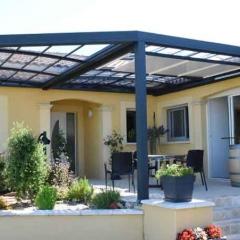 Pergola bioclimatique R-Sky - <p>La pergola bioclimatique R-Sky d&rsquo;Azenco est la seule pergola du march&eacute; &agrave; toiture modulable &eacute;tanche. En effet, en plus de ses portes coulissantes, c&rsquo;est &eacute;galement son toit qui s&rsquo;ouvrira partiellement ou totalement. Elle permet ainsi d&rsquo;utiliser la terrasse &eacute;t&eacute; comme hiver, et par tous les temps. D&egrave;s les premiers gels, mobilier et v&eacute;g&eacute;taux y sont prot&eacute;g&eacute;s, et d&egrave;s les premiers rayons de soleil, la terrasse se d&eacute;couvrira pour profiter pleinement du jardin.</p>