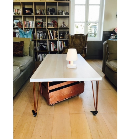 """Pied à roulette 40 cm - HAIRPIN LEGS  - <p>Ces pieds sont parfaits pour faire des&nbsp;petits meubles (table d'appoint, table de chevet, tabouret ...)</p> <p>Les roulettes &agrave; frein permettent de d&eacute;placer le meuble facilement et de le bloquer sur la position souhait&eacute;e. Disponible aussi sans frein.&nbsp;</p> <p>Ils sont disponibles en&nbsp;4 coloris.</p> <p>La platine de fixation mesure 120mm sur 120mm.&nbsp;Ils sont r&eacute;alis&eacute;s en ronds &eacute;tir&eacute;s de diam&egrave;tre 10mm.</p> <p>La fixation du pied sur le dessus de table se fait &agrave; l'aide de 3 vis non fournies.</p> <p>Nos pieds sont de r&eacute;els """"hairpin legs"""",&nbsp;fabriqu&eacute;s de fa&ccedil;on artisanale, l'extr&eacute;mit&eacute; des pieds est chauff&eacute;e afin d'avoir un rayon de courbure tr&egrave;s fin.</p> <p>25&euro; l'unit&eacute;</p>"""