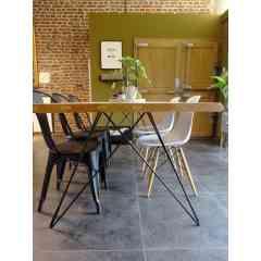 """Pied double 71 cm - HAIRPIN LEGS - <p>Ce pied s'inspire du design des hairpin legs. Il est parfait pour une table &agrave; manger ou un bureau.&nbsp;Pour une table il faut 2 pieds double.</p> <p>Il est &eacute;l&eacute;gant et original ce qui donnera un style tr&egrave;s &eacute;pur&eacute; &agrave; votre table. Il peut s'adapter sur un plateau ancien ou sur un plateau neuf. Il peut supporter des grands plateaux de table &agrave; manger.</p> <p>Ces pieds en acier sont r&eacute;alis&eacute;s en rond &eacute;tir&eacute;s d'un diam&egrave;tre de 10 mm. La platine mesure 320 mm sur 200 mm. Il y a 8 trous de fixation (vis non fournies). L'&eacute;cartement en bas du pied est de 80 cm.</p> <p>2&nbsp;pieds peuvent supporter jusqu'&agrave; 250&nbsp;kg.&nbsp;</p> <p>Ils sont fabriqu&eacute;s de fa&ccedil;on artisanale. Nos pieds sont de r&eacute;els """"hairpin legs"""", l'extr&eacute;mit&eacute; des pieds est chauff&eacute;e afin d'avoir un rayon de courbure tr&egrave;s fin.</p> <p>68&euro; l'unit&eacute;</p>"""