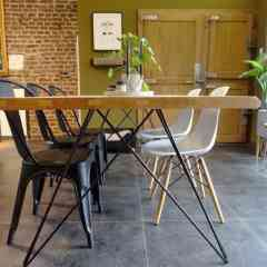 """Pied double 71 cm - HAIRPIN LEGS - <p>Ce pied s'inspire du design des hairpin legs. Il est parfait pour une table à manger ou un bureau.Pour une table il faut 2 pieds double.</p> <p>Il est élégant et original ce qui donnera un style très épuré à votre table. Il peut s'adapter sur un plateau ancien ou sur un plateau neuf. Il peut supporter des grands plateaux de table à manger.</p> <p>Ces pieds en acier sont réalisés en rond étirés d'un diamètre de 10 mm. La platine mesure 320 mm sur 200 mm. Il y a 8 trous de fixation (vis non fournies). L'écartement en bas du pied est de 80 cm.</p> <p>2pieds peuvent supporter jusqu'à 250kg.</p> <p>Ils sont fabriqués de façon artisanale. Nos pieds sont de réels """"hairpin legs"""", l'extrémité des pieds est chauffée afin d'avoir un rayon de courbure très fin.</p> <p>68€ l'unité</p>"""
