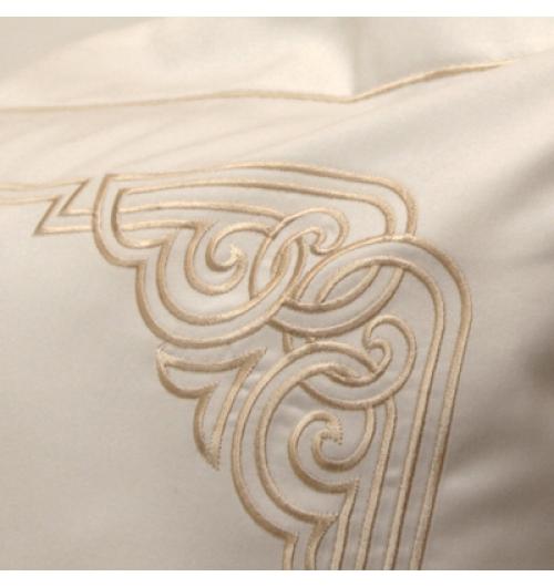 Parure de lit Art déco / Gold - <p>Badam TS vous propose une parure de lit inspir&eacute;e de l'<strong>Art D&eacute;co</strong>. Une &eacute;l&eacute;gante evocation de cette p&eacute;riode mythique &agrave; travers un somptueux et ind&eacute;modable motif brod&eacute; d&rsquo;un fil subtlilement dor&eacute; sur un&nbsp;<strong>satin&nbsp;de coton&nbsp;blanc longue fibre&nbsp; 150 fils/cm2</strong>. Un best seller!<br />Confection fran&ccedil;aise.</p>