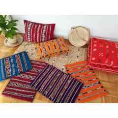 Coussins berbères - <p>A l'origine tissé à la main par les femmes berbères pour leurs propres maisons, c'est un beau morceau de coussin art qui pourrait mettre en valeur la décoration de votre intérieur !</p>