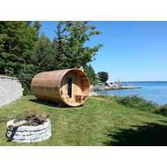 Sauna Extérieur - La pratique du sauna remonte à près de 2000 ans. Un moment de pause où l'on se détend. On se relax, on prend le temps de revenir aux sources, d'écouter son corps, de lui faire du bien et de proter des bienfaits du sauna sur notre santé. Enfin on prend du temps pour soi ! La sauna en bois en bois est un écrin chaleureux qui peut monter entre 70°C et 100°C.C'est une expérience authentique, seul, en couple, en famille, entre amis.  La chaleur du sauna et les passages du chaud et au froid procurent des bienfaits pour l'organisme.  Le sauna à une action relaxante, épurante, musculaire, défense immunitaire en aidant à :  • diminuer la pression sanguine. • augmenter la température du corps et ainsi améliore la circulation sanguine. • la forte transpiration provoquée permet l'élimination des toxines accumulées dans notre corps. • la diminution du stress et de la tension/l'hypertension, grâce à la chaleur le corps libère des endorphines qui détendent.  • ces endorphines favorisent un meilleur sommeil. • la stimulation du système immunitaire. • soulager les rhumatismes et les douleurs musculaires et articulaires. • au bon fonctionnement du système cardio-vasculaire. • la beauté de la peau (évacue les toxines, l'assouplie et améliore son élasticité.  Nous présentons différentes formes de saunas, extérieur et intérieur. Ils sont fabriqués en bois Red Cedar (Cèdre Rouge).