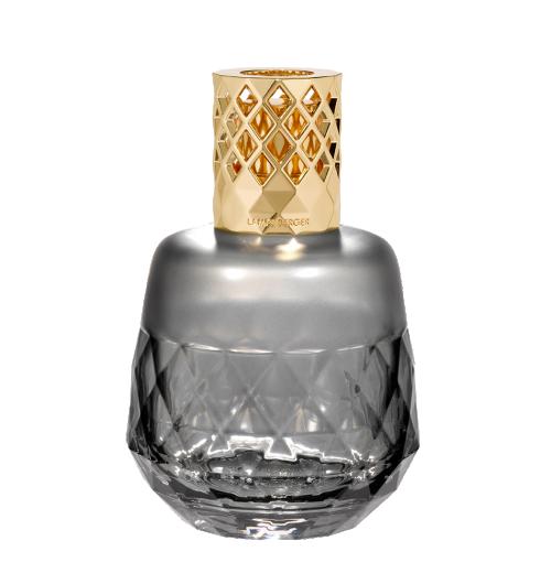 Lampe Berger - Un travail de précision horloger a été mené sur le design de cette Lampe Berger Clarity Grise par Sylvie de France. Sa forme ronde et généreuse est inspirée de la tendance du fait-main et plus particulièrement de la poterie, donnant la sensation que ce corps a pris vie sous les doigts d'un potier. Le verre est givré sur le haut puis devient transparent pour avoir un œil sur le niveau de liquide présent dans la lampe. La présence de la frise aux formes triangulaires vient apporter un certain relief. La Lampe Berger Clarity Grise, de par sa couleur, est moderne et élégante. La monture miel avec ses motifs géométriques vient finaliser, tel un joyau, cette lampe Berger. Le coffret lui-même est raffiné avec le décor triangle repris de la lampe. Purifiez, parfumez et décorez votre maison avec style. La Lampe Berger Clarity existe aussi en couleur bordeaux et givrée ! Il y en a pour tous les goûts.