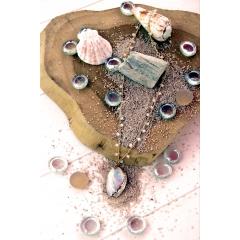 Collier Dina - Le collier DINA et son pendentif coquillage naturelle nacrée est revisité avec une ligne dorée doré à l'or fin 24 K. Baroque ce collier apportera un style romantique et chic à votre look. La chaîne est un chapelet en perles de verre forme rondelle blanc. Adapté pour les jeux de multiples pendentifs, vous pouvez le personnalisé en y ajoutant des pendentifs plumes, coquillages, cauris selon vos envies...  La dorure est 100 % fait-main. Fabriqué en France   * Les pendentifs de perles d'eau douce sont naturels, leur forme, taille et couleur peuvent variés.