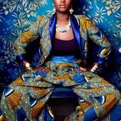 Prêt-à-porter et accessoires créateurs femmes, hommes, enfants - <p><strong>JUNESHOP, la Melting Mode qui fait la part belle au wax</strong></p> <p>JUNESHOP est une marque de prêt-à-porter féminin française, créée en 2001 par Nelly Mbonou, une styliste d'origine camerounaise, élevée entre Yaoundé et Paris.<br /> Fière de sa double culture, Nelly développe une vision unique du design entre esthétique africaine et occidentale.<br /> En 2006, elle ouvre la première boutique de prêt-à-porter ethnique parisienne. En 2010, elle remporte le 1er prix du concours Jeunes Créateurs remis par VLISCO, producteur historique de wax hollandais.<br /> Juneshop défend une mode éthique et responsable : les vêtements sont confectionnés à partir de « wax » fabriqués au Cameroun Nelly réalise tous les prototypes dans son nouvel espace du 19e à Paris. Les vêtements sont ensuite confectionnés en petites séries dans un atelier équitable de Yaoundé qu'elle a monté pierre par pierre en 2011. Les ouvriers y sont à la fois rémunérés en fonction du nombre de pièces, du temps de travail e</p>