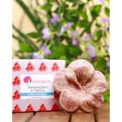 Shampoing barre à l'Huile et Fleurs d'Hibiscus - Cette fleur d'hibiscus n'est autre qu'un shampooing solide économique et écologique qui ne fait que du bien à vos cheveux.  Avec des ingrédients naturels clés comme l'Hibiscus, huile et fleurs séchés, l'huile de Kokum (protège les cheveux du dessèchement), Pépin de raisin, ce shampoing nettoie vos cheveux en douceur tout en apportant une vraie solution pour embellir et fortifier les cheveux, dès le 1er lavage, et stimulera leur pousse.  Plus qu'un shampoing, il s'agit d'un soin qui apportera force et vitalité à la fibre capillaire, ce shampoing laissera vos cheveux doux au toucher.  De quoi faire jusqu'à 25 shampoings, si bien utilisé... et selon votre masse capillaire bien entendu !