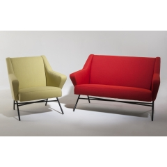 45 - Fauteuil et canapé 45 - Sofa and armchair 45. Les fauteuils et canapés 45 évoquent sans détour un style qui renouvelle celui du début des années cinquante. Leurs lignes tendues et géométriques sont très accueillantes et invitent à venir s'y lover.
