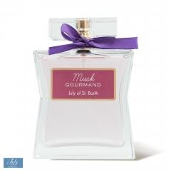 MUSK GOURMAND - Redécouvrez les tonalités chaudes, sensuelles et enveloppantes du musc, dans sa version la plus gourmande. Musk Gourmand est un parfum floral fruité, doux et sensuel. C'est un panier rempli de fruits et de biscuits encore tièdes. C'est une fragrance qui mêle gourmandise, tentation, innocence et extrême féminité.  L'odeur acidulée de l'orange, fraîche, pétillante, lumineuse et joyeuse est volatile… Elle laisse la place à la mûre tendre et aux fruits rouges qui symbolisent la rencontre entre la confiserie et la parfumerie.  La praline régressive, qui renvoie aux souvenirs sucrés de l'enfance est féminisée par la délicatesse du muguet. Ajoutez une touche de vanille chaude, sensuelle et savoureuse, et vous obtenez une fragrance douce et fruitée, terriblement addictive.  Musk Gourmand revisite la sensualité et la chaleur animale du musc, associé au bois de santal mystique, et en fait une friandise inattendue, précieuse, légère et élégante… Une gourmandise inimitable.  Notes de tête : orange, mûre Notes de cœur : muguet, fruits rouges, vanille, praline Notes de fond : musc, bois de santal