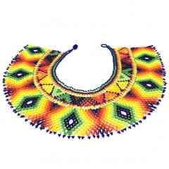 El ojo del arco iris - El ojo del arco iris, en françois «L'oeil de l'arc en ciel     COMPOSITION :  Perle de verre multicolore     DIMENTIONS :   Profondeur du tissage, 10cm  Tour de cou, 41 cm     Fermoir à bille  Poids, 106 gr