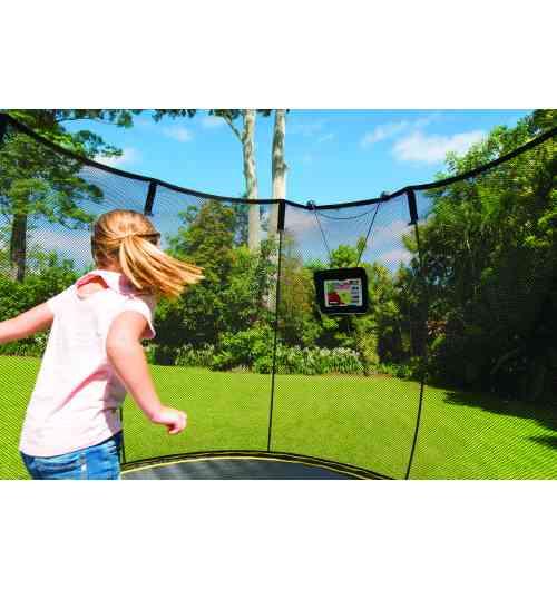 Tgoma Springfree Trampoline - Trampoline interactif - Nous avons en exclusivité, le 1er trampoline au monde interactif !!! « tgoma » Mais tgoma, c'est quoi ? Par un système de capteurs intégrés au tapis les sauteurs enfants comme adultes jouent et se défient sur le trampoline. Ces capteurs sont reliés à un boîtier connecté en bluetooth à la tablette. Sur cette tablette on télécharge et on installe l'application tgoma. Celle-ci offre actuellement 14 jeux qui deviennent ensuite accessibles sur le trampoline sans avoir besoin d'être connecté à internet ! L'idée est simple : multiplier les occasions de se dépenser et se muscler tout en s'amusant dans le jardin. Les 14 jeux proposés sont variés et stimulent autant le corps que l'esprit. Certains permettent aux enfants d'apprendre leurs tables de multiplication ou bien l'anglais tandis que d'autres tout public consistent à écraser des taupes ou éclater des ballons. Un programme de fitness a même été élaboré pour des sauteurs adultes. Enfants et parents se prennent au jeu !
