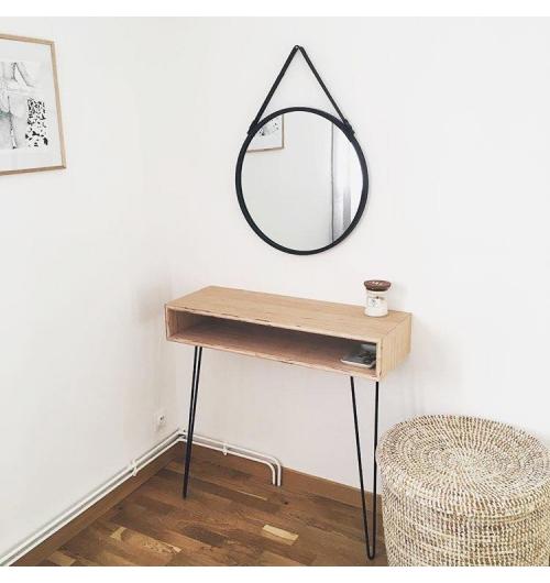 """Pied de table 71cm - HAIRPIN LEGS - <p>Ces pieds sont utilisables pour relooker une ancienne table, pour fabriquer une table, un bureau vous-m&ecirc;me ou pour vos mobiliers.</p> <p>Il vous suffira de r&eacute;cup&eacute;rer un plateau ancien ou d&rsquo;acheter un plateau.</p> <p>Tous nos pieds sont fabriqu&eacute;s &agrave; la main !</p> <p>Ils sont disponibles en&nbsp;6 coloris.</p> <p>La platine de fixation mesure 120mm sur 120mm. La fixation du pied sur le dessus de table se fait &agrave; l'aide de 3 vis non fournies.</p> <p>4 pieds peuvent supporter jusqu&rsquo;&agrave; 100kg</p> <p>Ils sont fabriqu&eacute;s de fa&ccedil;on artisanale et r&eacute;alis&eacute;s en ronds &eacute;tir&eacute;s de diam&egrave;tre 10mm.&nbsp;Nos pieds sont de r&eacute;els """"hairpin legs"""", l'extr&eacute;mit&eacute; des pieds est chauff&eacute;e afin d'avoir un rayon de courbure tr&egrave;s fin.</p> <p>22&euro; l'unit&eacute;</p>"""