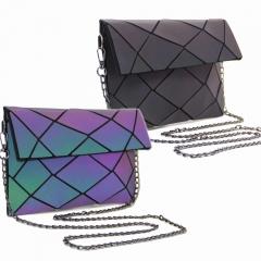 Sac a main Pochette MOZAIKO - 25LU - Lumineux ! Ce sac est conçu dans une matière qui réfléchit la lumière ! Un sac qui s'adapte à l'ambiance du moment, en toutes circonstances. Sobre et chic le jour, lumineux au soleil, festif la nuit ! Dimensions : 25*14.5*7cm  Gamme :  Lumineux