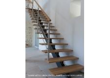 Escaliers - <p>GAMME METAL<br />Limon central, double limon droit ou crémaillère en métal, l'escalier peut recevoir des marches en bois ou en métal. Le support des marches est varié en V ou carré, il personnalise votre escalier. La rampe est composée de poteaux, de lisses, ou balustres, et d'une main courante, ou verre toute hauteur, avec un libre choix des matériaux : acier, inox, bois. Elle peut être soudée ou fixée sur les marches.<br />Le métal emprunté au monde industriel, avec de la lumière en spot sur le limon, offre une vraie sculpture.<br />La finition de l'acier par un laquage coloré contribue à la décoration de votre espace.</p>