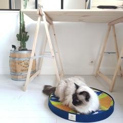 Le Macaron - <p><strong>Le Macaron Kaachaça</strong> est un panier pour chats et chiens élégants, qui séduit pour son design adapté à nos intérieurs contemporains.</p> <p><strong>Le Macaron Kaachaça</strong> est réputé pour son confort dû au coussin en <em>Bultex</em>, une matière technique et haut de gamme qui permet une utilisation intensive.Parfait pour accompagner votre animal tout au long de sa vie.</p> <p>Le coussin est cerclé d'une bande de <em>laine de Mérinos feutrée</em>, matière noble et douce qui assure une isolation thermique.</p> <p>Pour cette première collection, nos macarons vous invitent au voyage avec leur <em>housse Wax</em>, un coton enduit dont les motifs investissent petit à petit nos intérieurs.</p>