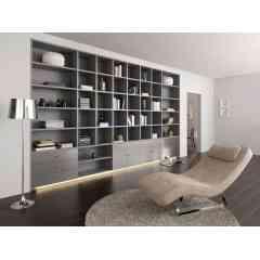 RIVOLI - Bibliothèque en mélaminé gris perle. Façades de portes et tiroirs en stratifié aluminium brossé. Equipée d'une rampe de leds. Hauteur 2m70 - Longeur 4m50. Réalisable sur-mesure aux dimensions de votre pièce.