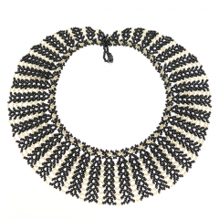Telaraña - Telaraña, en françois «Toile d'araignée»     COMPOSITION :  Perle de verre noir et dorée     DIMENTIONS :   Profondeur du tissage, 1 à 4 cm  Tour de cou, 41 cm     Fermoir à bille  Poids, 44 gr